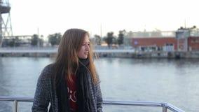 Baile feliz de la muchacha y canto en el barco de vela almacen de metraje de vídeo