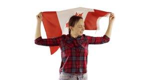 Baile feliz de la mujer con la bandera canadiense en el fondo blanco almacen de metraje de vídeo