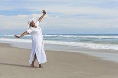 Baile feliz de la mujer del afroamericano en la playa Fotos de archivo
