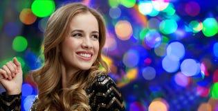 Baile feliz de la mujer joven en el disco del club de noche Imágenes de archivo libres de regalías
