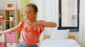 Baile feliz de la niña en su sitio en casa almacen de video