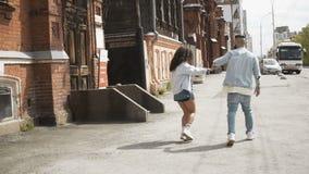 Baile feliz de los pares en la calle de la ciudad almacen de metraje de vídeo
