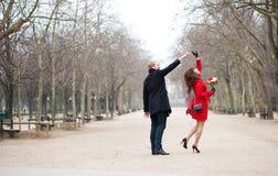 Baile feliz de los pares en un parque Fotos de archivo libres de regalías