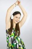 Baile feliz joven de la muchacha con los auriculares Imagen de archivo