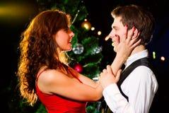 Baile feliz joven de los pares en la celebración Imagenes de archivo