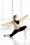 Baile femenino deportivo, equilibrando en actitud de la estocada en clase Foto de archivo