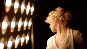 Baile femenino joven del bailarín delante de la luz del estudio almacen de video