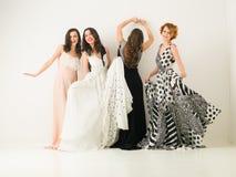 Baile femenino precioso de los amigos Imagenes de archivo