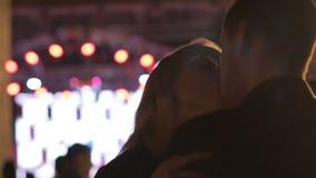 Baile femenino rubio y besar al hombre joven en el partido del club de noche, comportamiento ordinario almacen de metraje de vídeo