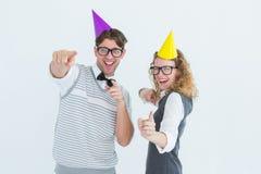 Baile geeky feliz de los pares del hispser con el sombrero del partido Imagenes de archivo