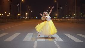 Baile hermoso de la bailarina en una calle de la ciudad almacen de video