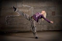 Baile hermoso de la muchacha de hip-hop sobre la pared de ladrillo Fotos de archivo libres de regalías