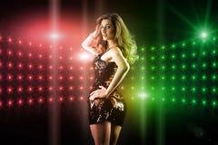 Baile hermoso de la muchacha en disco del club Imagen de archivo libre de regalías