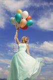 Baile hermoso, feliz de la mujer con los globos Imagen de archivo libre de regalías