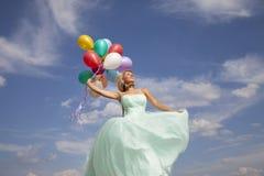 Baile hermoso, feliz de la mujer con los globos Fotografía de archivo