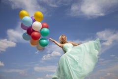 Baile hermoso, feliz de la mujer con los globos Fotos de archivo