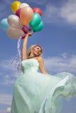 Baile hermoso, feliz de la mujer con los globos Fotos de archivo libres de regalías