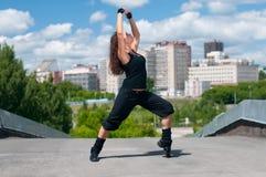 Baile hermoso hip-hop de la muchacha sobre ciudad Imagen de archivo libre de regalías