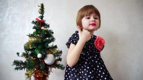 Baile hermoso joven de la muchacha al lado del árbol de navidad Foto de archivo libre de regalías