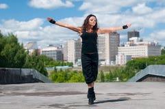 Baile hip-hop de la muchacha sobre paisaje urbano Imagen de archivo libre de regalías