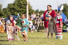Baile indio de la madre y de la familia Foto de archivo