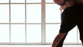 Baile joven de dos bailarines de ballet moderno interior almacen de metraje de vídeo