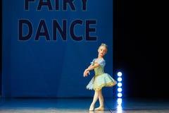 Baile joven de la muchacha de la bailarina en etapa Imagen de archivo