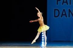 Baile joven de la muchacha de la bailarina en etapa Fotografía de archivo libre de regalías