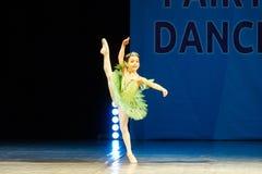 Baile joven de la muchacha de la bailarina en etapa Imágenes de archivo libres de regalías