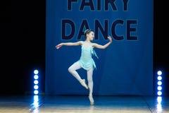 Baile joven de la muchacha de la bailarina en etapa Foto de archivo libre de regalías