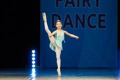 Baile joven de la muchacha de la bailarina en etapa Imagen de archivo libre de regalías