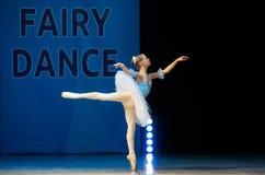 Baile joven de la muchacha de la bailarina en etapa Fotos de archivo