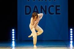 Baile joven de la muchacha de la bailarina en etapa Imagenes de archivo