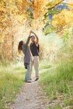 Baile joven de los pares en bosque de la caída Foto de archivo libre de regalías