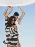 Baile joven de los pares en el yate Fotos de archivo libres de regalías