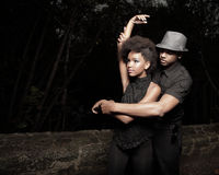Baile joven de los pares en la obscuridad Fotos de archivo libres de regalías