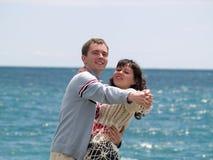 Baile joven de los pares en la playa Imágenes de archivo libres de regalías