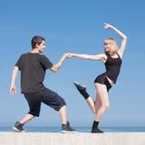 Baile joven de los pares en orilla del mar Fotos de archivo