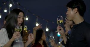 Baile joven de los pares y diversión asiáticos el tener que celebra festival del Año Nuevo y de la Navidad junto en el partido de