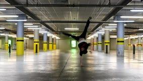 Baile joven del breakdancer en el garaje almacen de metraje de vídeo