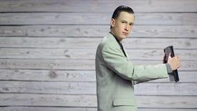 Baile joven del hombre de negocios con una cartera en sus manos almacen de video