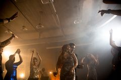 Baile joven elegante de los pares en club imagenes de archivo