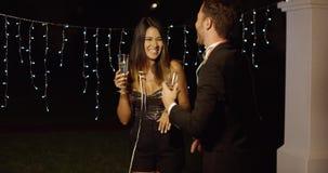 Baile joven elegante de los pares en la noche almacen de metraje de vídeo
