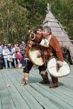 Baile la danza étnica del conjunto popular popular del ensDance con panderetas en el aborigen de la ropa de Kamchatka Imagen de archivo libre de regalías