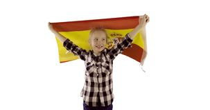 Baile lindo de la diversión de la muchacha con una bandera española en el fondo blanco metrajes