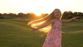 Baile lindo de la niña en hierba metrajes