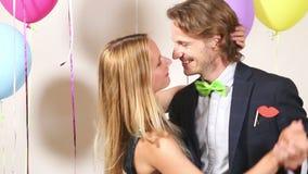 Baile lindo de los pares del amor y el besarse en cabina de la foto almacen de metraje de vídeo
