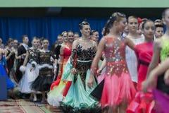 Baile los pares antes de ceremonia del desfile del campeonato nacional de la República de Belarús Imagenes de archivo