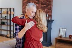 baile maduro barbudo Gris-cabelludo del hombre con su mujer cariñosa fotos de archivo libres de regalías