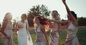 Baile magnífico mega de la dama de honor y de la novia en el medio del paisaje almacen de metraje de vídeo